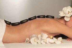 Jak się ubrać na masaż gorącymi kamieniami?
